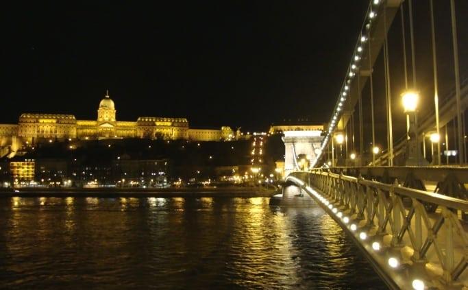 De Kettingbrug in Boedapest bij avond