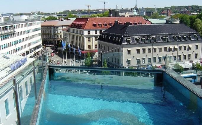 Het zwembad op het dak van hotel Avalon in Göteborg