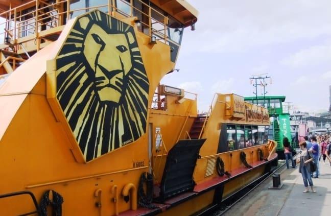 De veerpont van de Lion King in Hamburg